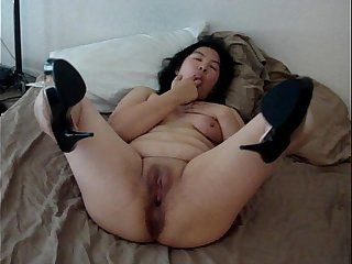 25 YEAR OLD CHINESE WIFE SPREADING LEG AND PUSSY